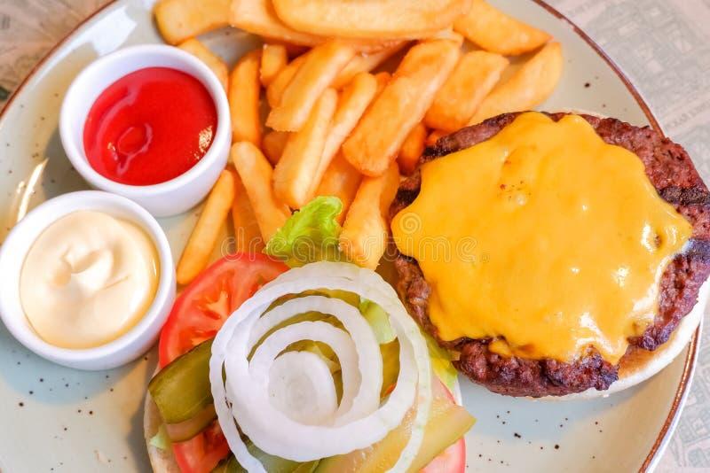 Stilleven met het menu, de frieten en de ketchup van de snel voedselhamburger Ongezonde kost Snelle koolhydraten niet goed voor g stock afbeelding