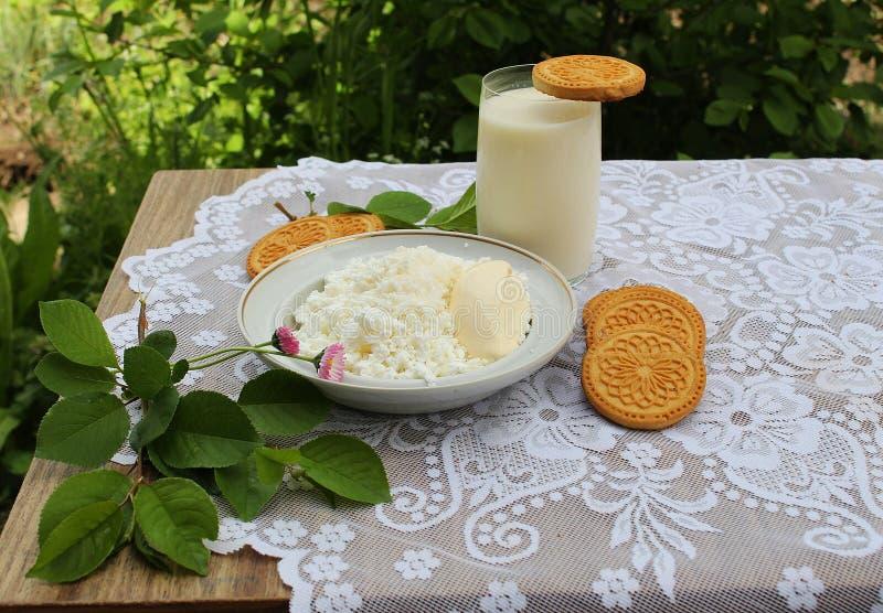 stilleven met melkgestremde melk en koekjes stock foto's