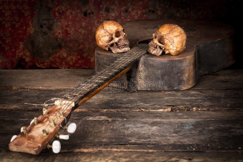 Stilleven met menselijke schedel op gitaar royalty-vrije stock foto