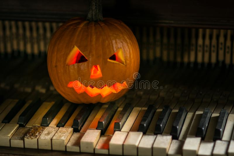 Stilleven met pompoengezicht op Halloween in oktober royalty-vrije stock fotografie