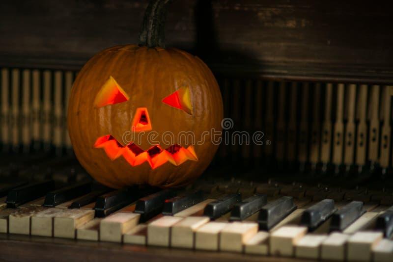Stilleven met pompoengezicht op Halloween in oktober stock fotografie