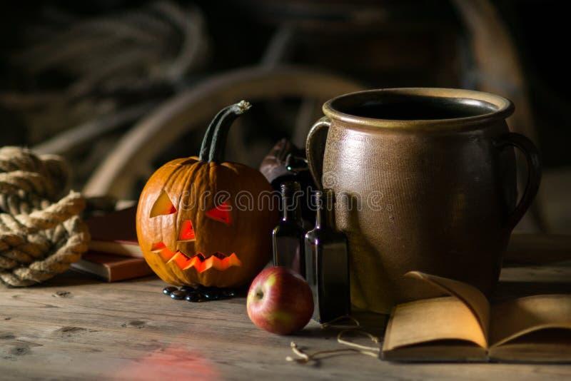 Stilleven met pompoengezicht op Halloween in oktober royalty-vrije stock foto