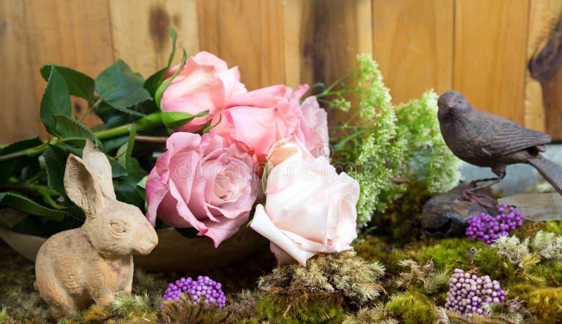 Stilleven met roze van roze en Konijn ceramisch pleister naast royalty-vrije stock afbeeldingen