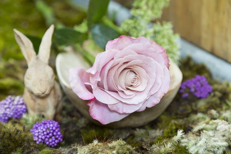 Stilleven met roze van roze en Konijn ceramisch pleister op mos stock foto's