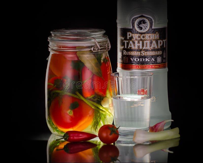 Stilleven met Russische wodka met gemarineerde tomaten stock fotografie