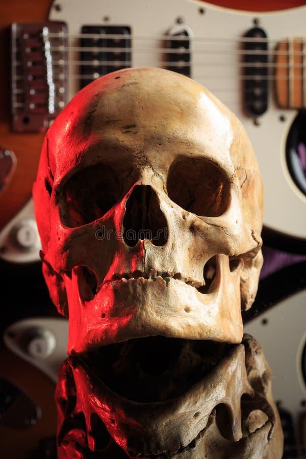 Stilleven met schedel en elektrische gitaar stock foto's