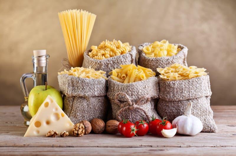 Stilleven met traditionele voedselingrediënten stock foto
