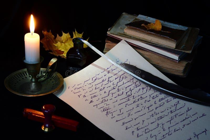 Stilleven met uitstekende het schrijven instrumenten stock afbeeldingen