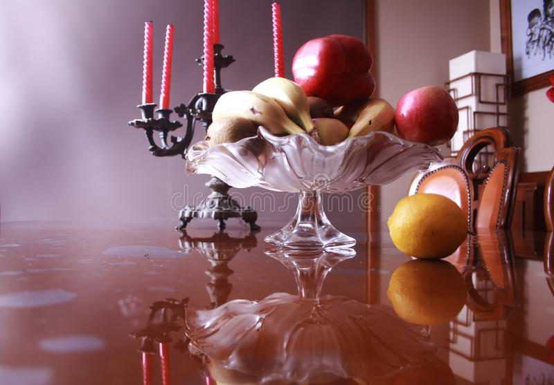 Stilleven met Vaas Antieke Candelabras en vruchten in binnenland royalty-vrije stock foto