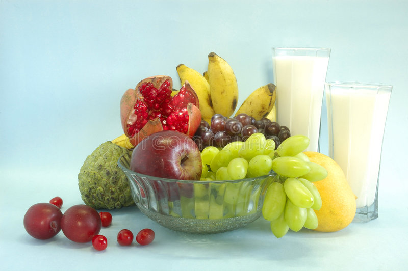 Stilleven met vruchten & melk stock afbeeldingen