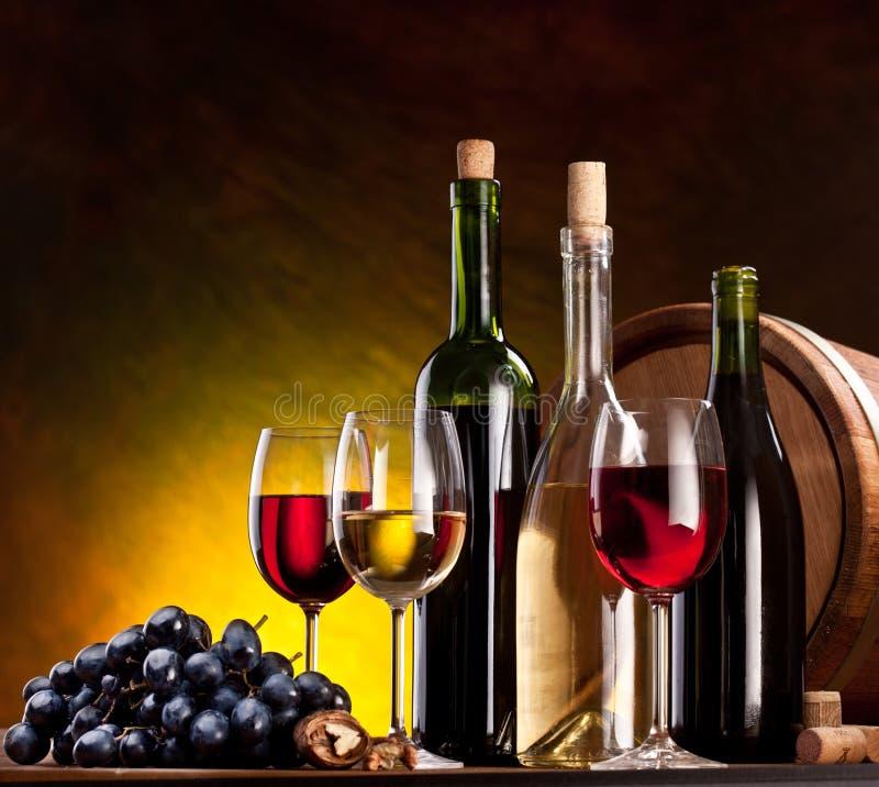 Stilleven met wijnflessen