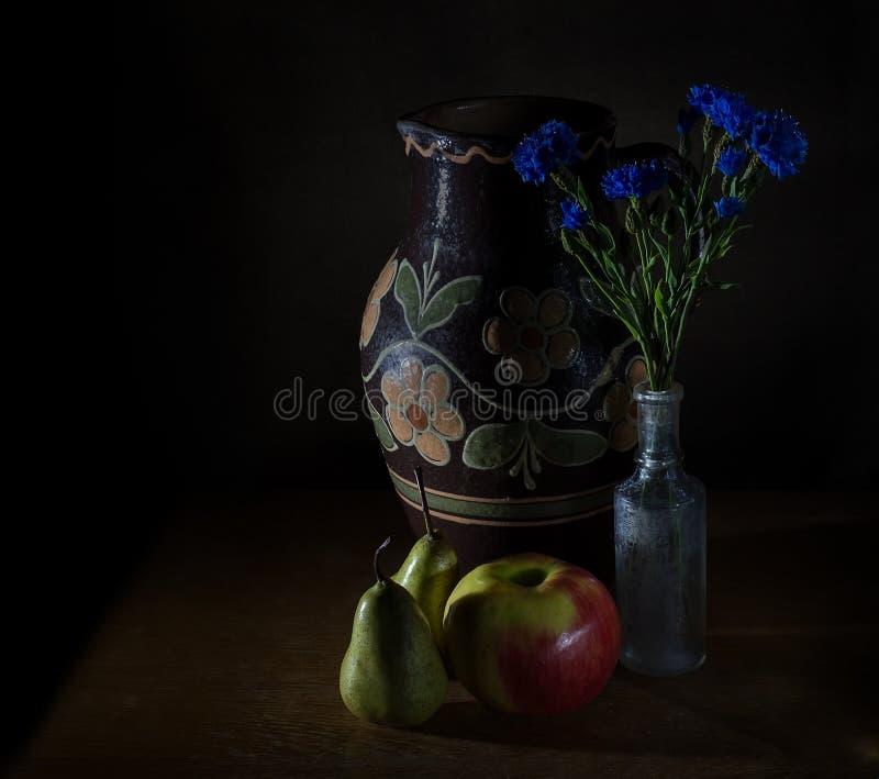 Stilleven met wildflowers royalty-vrije stock afbeeldingen