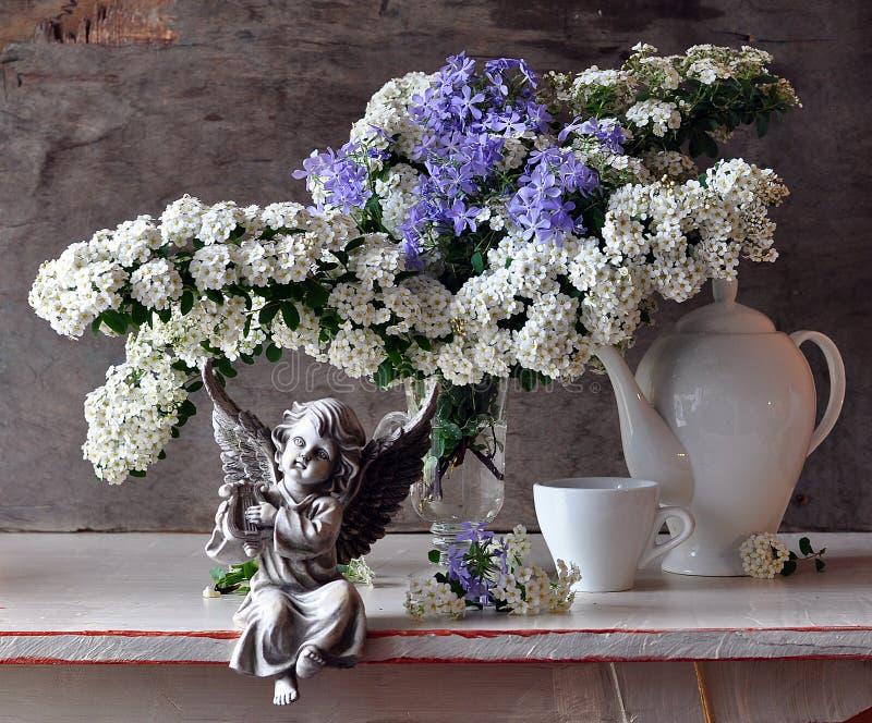 Stilleven met witte bloemen en cupid stock foto's