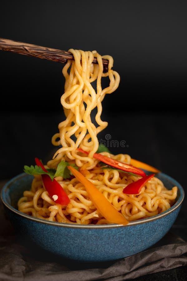 Stilleven onmiddellijke noedels met gesneden groene paprika op eetstokje, stock fotografie