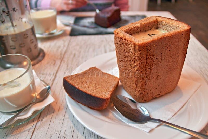 Stilleven 1 Roomsoep in broodbrood en kopthee met melk op witte lijst Concepten gezonde, natuurlijke voeding Rustieke stijl royalty-vrije stock fotografie