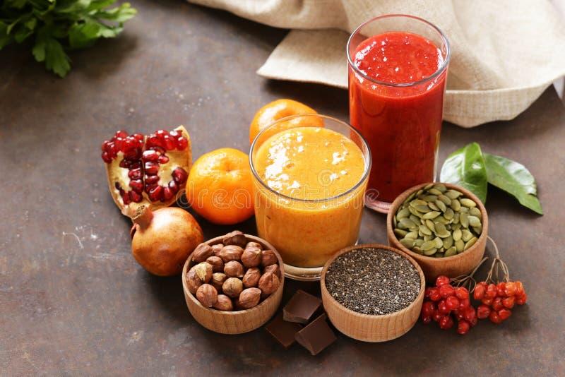 Stilleven super voedsel - smoothies, muesli, noten, bessen, chia stock afbeelding