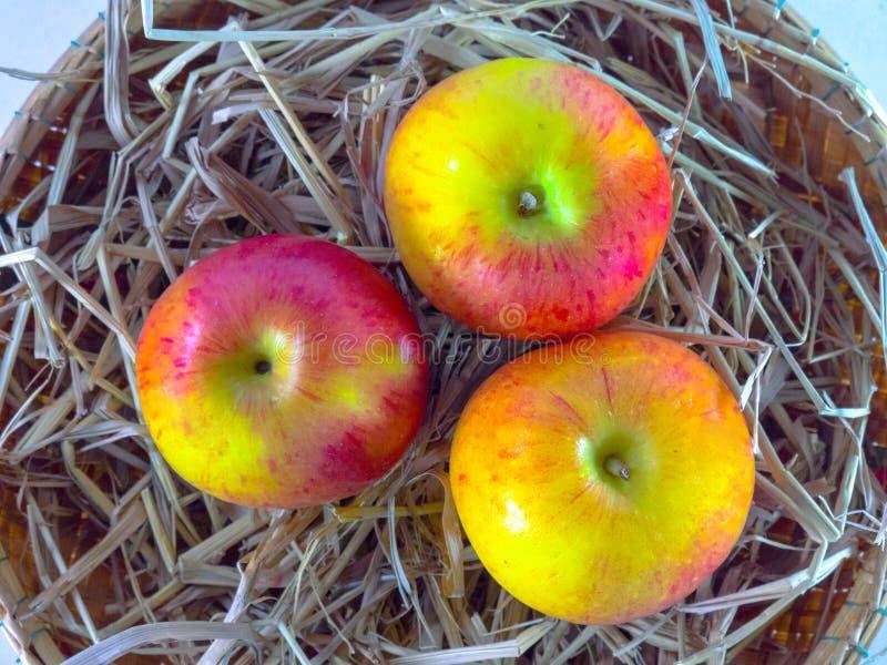 Stilleven van appelen in mand op witte die achtergrond, Stilleven wordt van appelen in mand op witte achtergrond wordt geïsoleerd stock fotografie