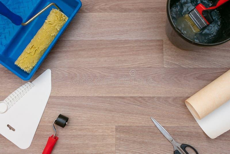 Stilleven van broodjes van behang en verschillende hulpmiddelen om wallpapering De reparaties van het huis stock foto's