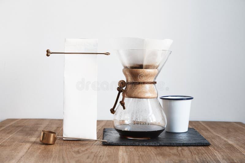 Stilleven van Chemex van de koffie het brouwende methode, baristamateriaal op steenraad, houten lijst Het malplaatjemodel van het stock foto's