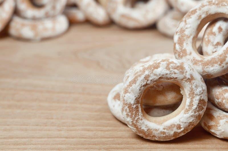 Stilleven van doughnutglans op een houten oppervlakte De verglaasde ongezuurde broodjes zijn een kleine bos op een houten lijst B royalty-vrije stock fotografie