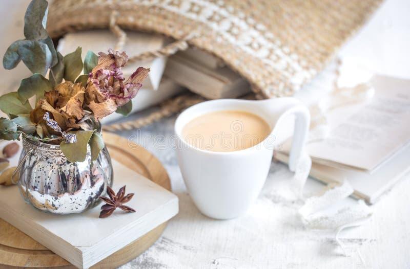 Stilleven van een boek en een kop van koffie stock fotografie