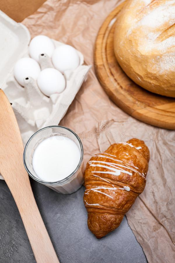 Stilleven van een glas melk met croissants Gestemd beeld Vinta royalty-vrije stock afbeeldingen