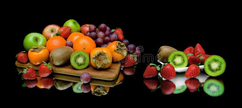 Stilleven van fruit op een zwarte achtergrond stock foto