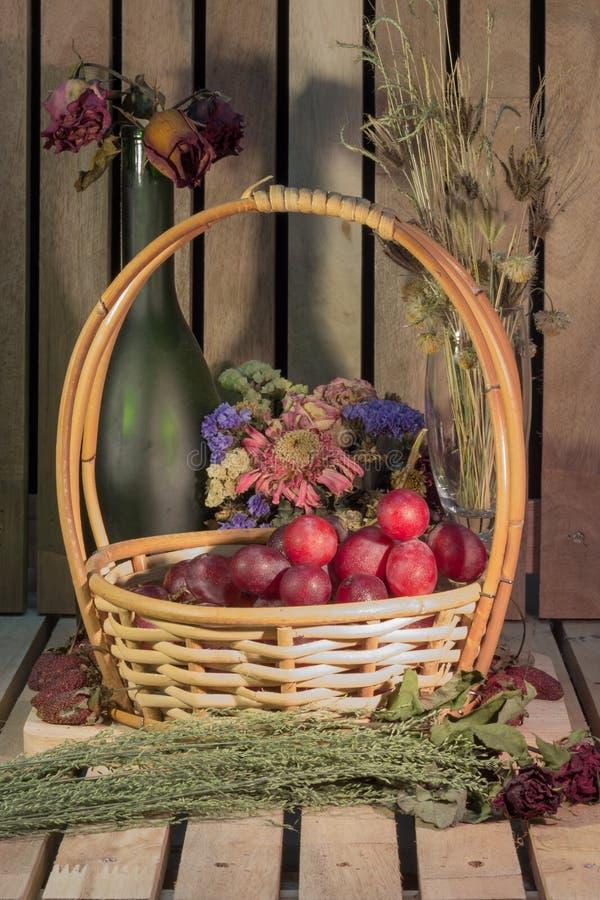 Stilleven van fruit, verse witte druiven in een mand stock fotografie