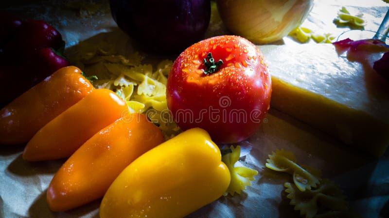 Stilleven van groenten en kaas stock afbeeldingen