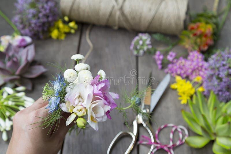 Stilleven van het schikken van bloemen en fruit op houten achtergrond stock afbeelding