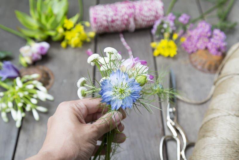 Stilleven van het schikken van bloemen op houten achtergrond bij bloem s stock afbeelding