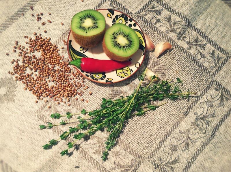 Stilleven van kiwi, Spaanse peper, knoflook en thyme royalty-vrije stock fotografie
