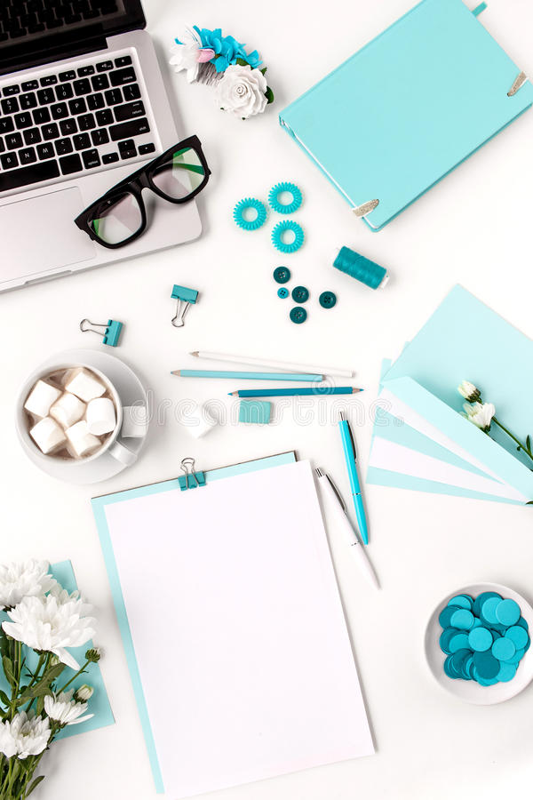 Stilleven van maniervrouw, blauwe voorwerpen op wit royalty-vrije stock foto's