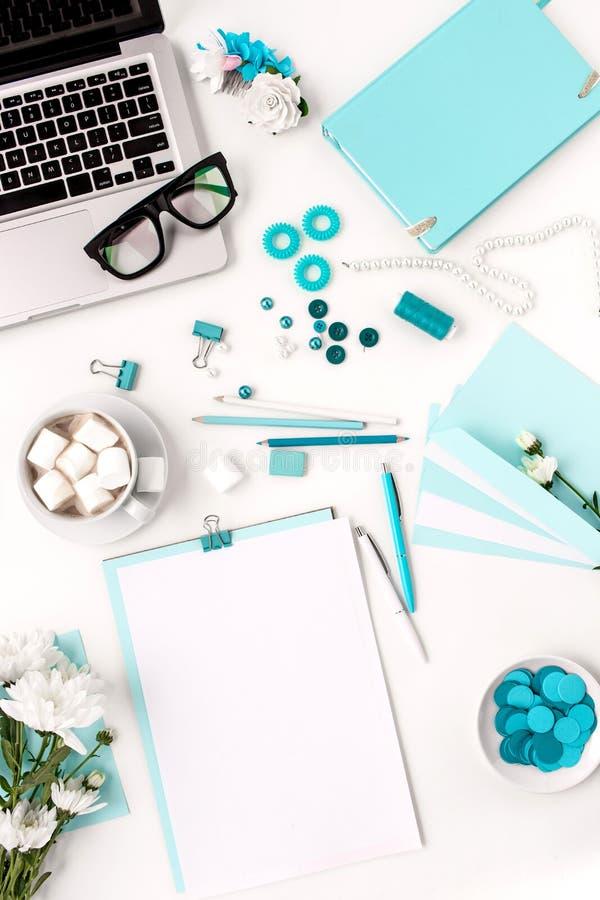 Stilleven van maniervrouw, blauwe voorwerpen op wit royalty-vrije stock afbeelding