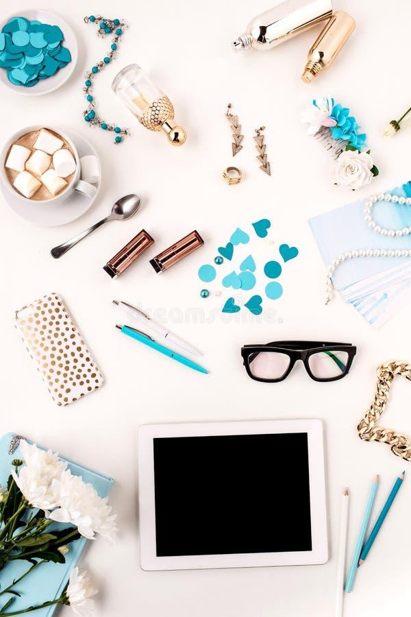 Stilleven van maniervrouw, blauwe voorwerpen op wit royalty-vrije stock foto
