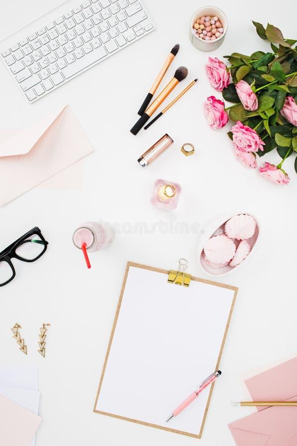 Stilleven van maniervrouw, voorwerpen op wit stock fotografie