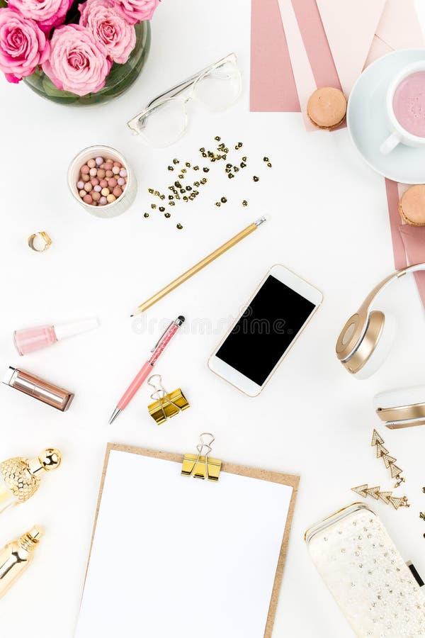 Stilleven van maniervrouw, voorwerpen op wit stock afbeeldingen