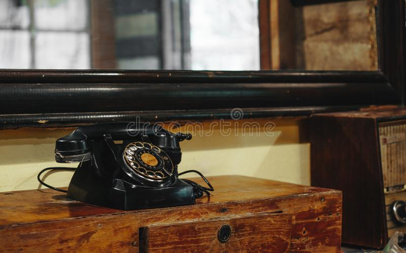 Stilleven van oude uitstekende retro zwarte telefoon op de stijl van Azië wo stock foto