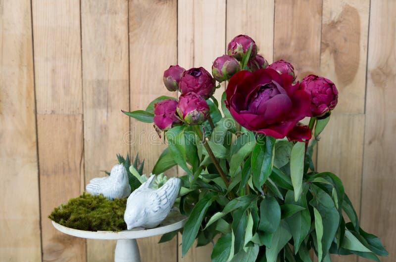 Stilleven van rode pioenbloemen op houten achtergrond stock foto