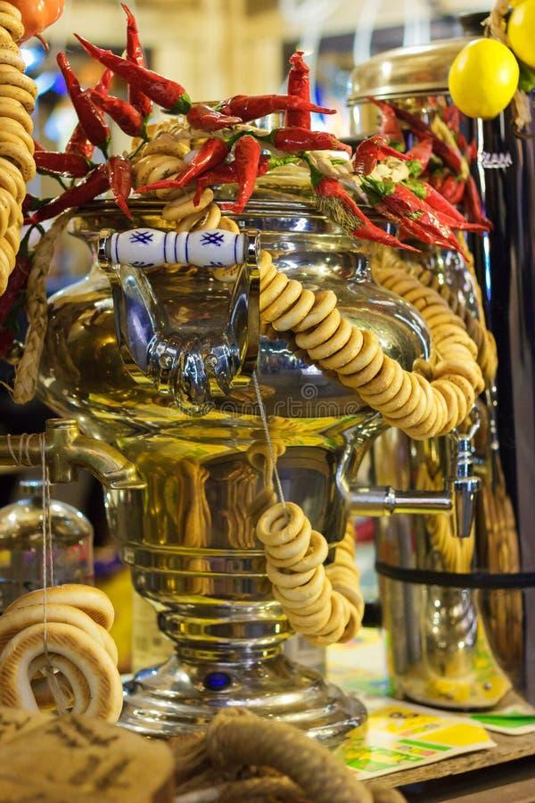 Stilleven van Russische samovar met nationale gebakjes royalty-vrije stock foto