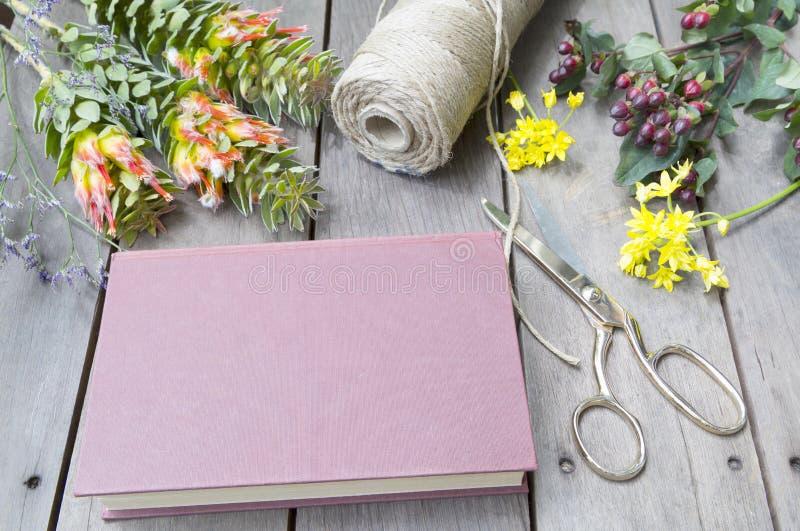 Stilleven van uitstekend boek met gele fresia stock fotografie