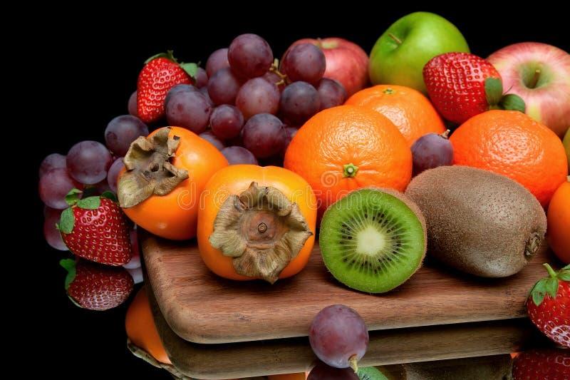 Stilleven van vers fruit op een zwarte achtergrond royalty-vrije stock afbeelding
