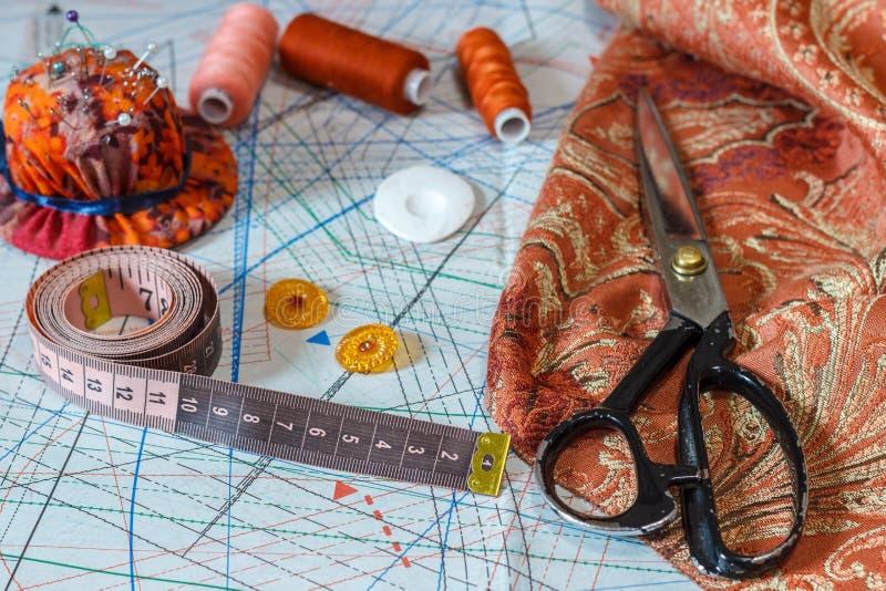 Stilleven van voorwerpen voor het naaien: draden, schaar, centimeter, stock afbeeldingen