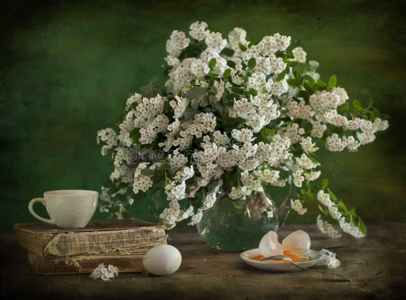 Stilleven van witte bloemen stock afbeeldingen