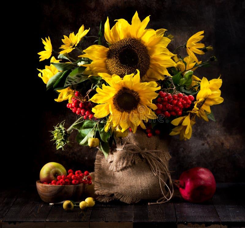 Stillevenboeket van zonnebloemen in een vaas, stock afbeeldingen