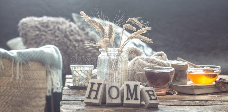 Stillevendetails van huisbinnenland op een houten lijst stock fotografie
