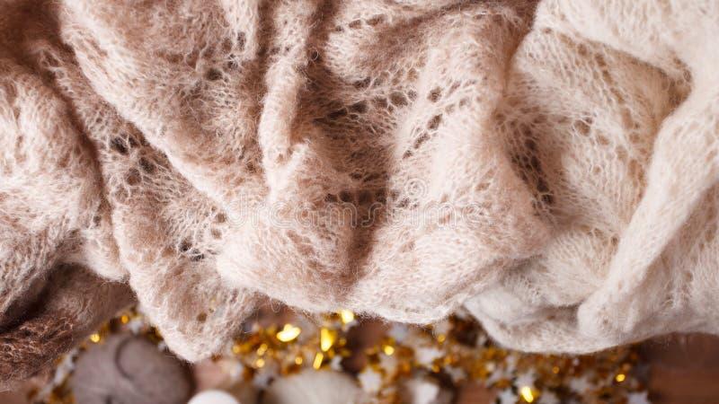 Stillevendetails van noordse woonkamer Sweater of warme gebreide plaid op de houten plank Comfortabele de winterscène in Skandina stock afbeeldingen