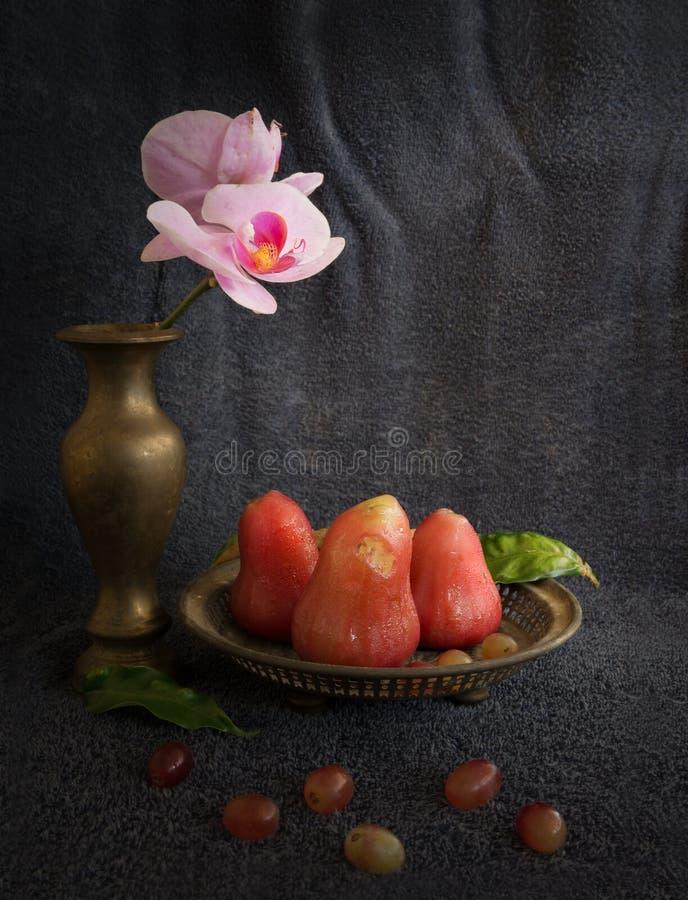 Stillevendjamboevrucht, Orchidee en Brandende bladeren in nationaal concept royalty-vrije stock foto