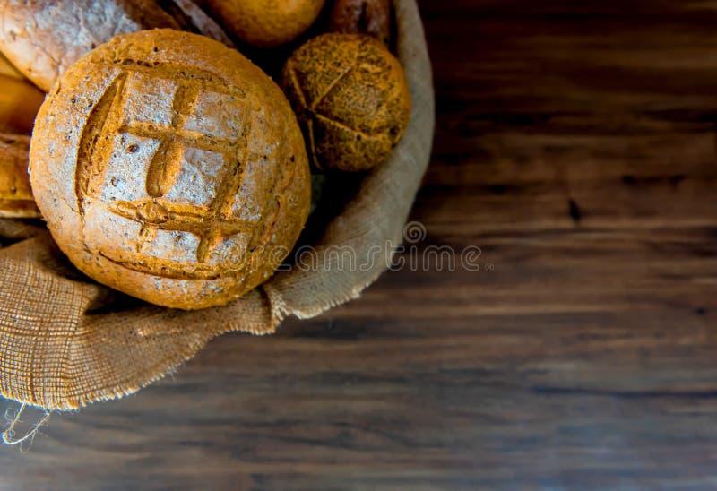 Stillevenfoto van brood en bakkerij in de rieten mand royalty-vrije stock foto