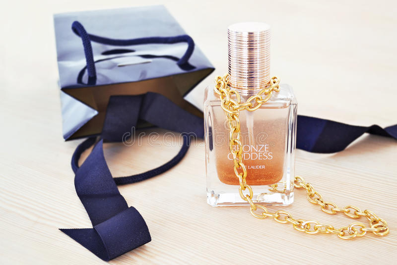 Stillevenfotografie van Estee Lauder-schoonheidsmiddelen met gouden kettingshalsband royalty-vrije stock afbeelding